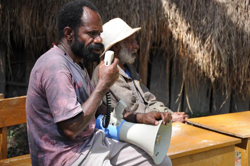 Indonesien, West-Papua, Baliem-Tal, valley, Wamena, Dani, tribe, Stammesdorf, Dorffest, Ostern, Mann mit Megafon, Reisebericht, www.wo-der-pfeffer-waechst.de