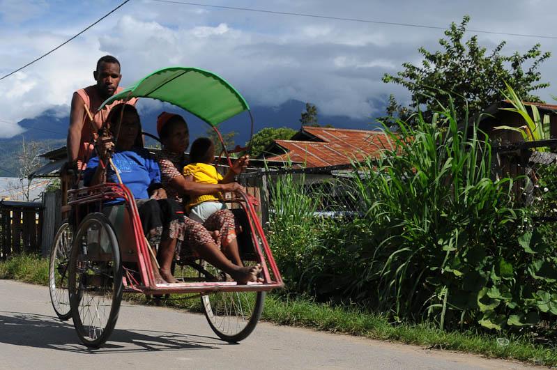 Indonesien, West-Papua, Baliem-Tal, valley, Wamena, Markt, Becak, Fahrradrikscha, Familie, Reisebericht, www.wo-der-pfeffer-waechst.de