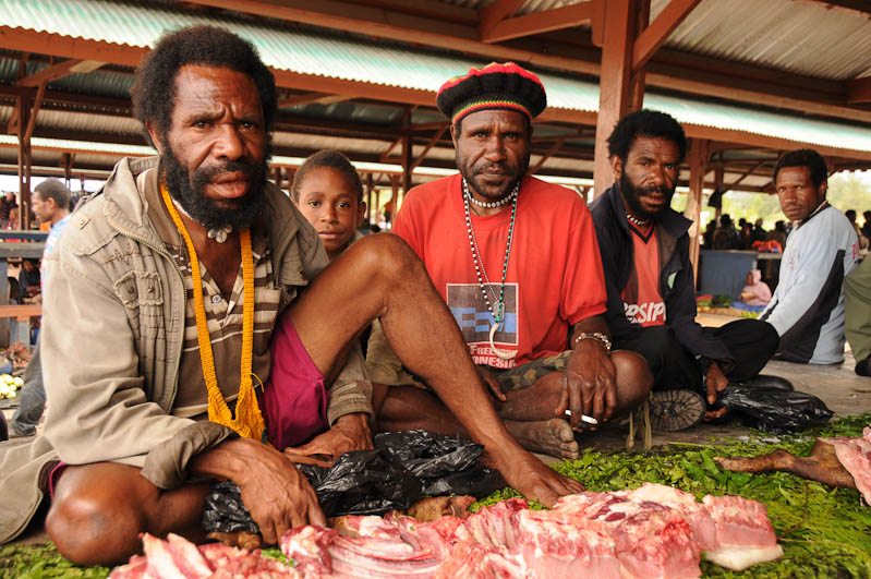 Indonesien, West-Papua, Baliem-Tal, valley, Wamena, Markt, Männer, Fleisch, Reisebericht, www.wo-der-pfeffer-waechst.de