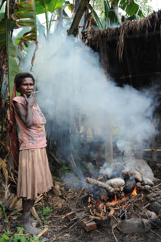 Wamena, West-Papua, Baliem-Tal, valley, Indonesien, Dani, tribe, Stammesdorf, Frau, Rauchen, Reisebericht, www.wo-der-pfeffer-waechst.de