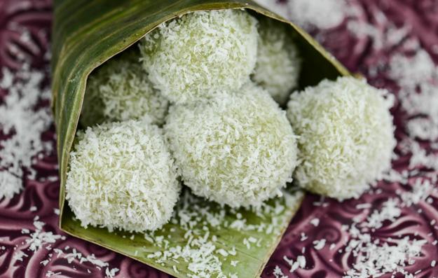 Klepon, Indonesisch, Kochen, Rezept, Süßspeise, Vegetarisch, Vegan, Kokosraspeln, Klebreiskugeln, Palmzucker, www.wo-der-pfeffer-waechst.de