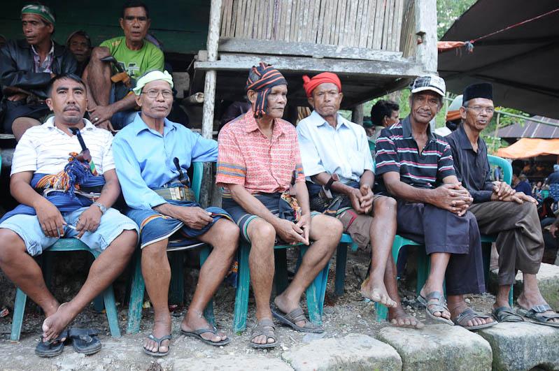 Sumba, Insel, Indonesien, Beerdigung, Ikat, Messer, Männer, www.wo-der-pfeffer-waechst.de