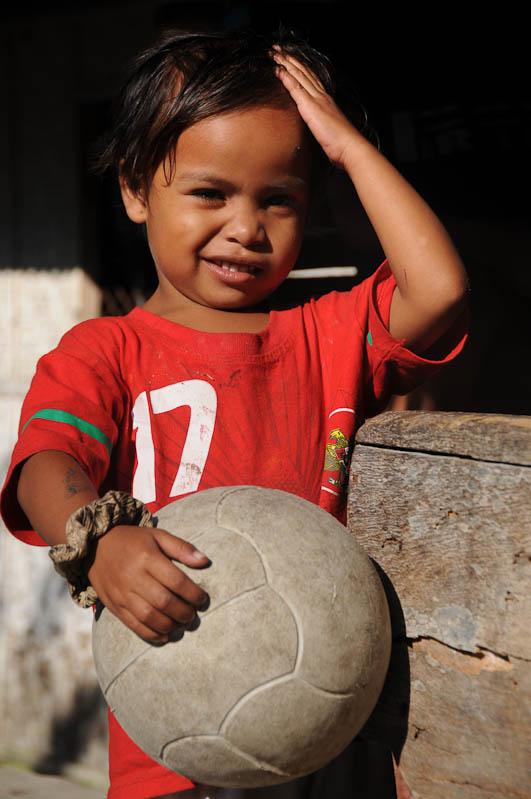 Sumba, Insel, Indonesien, traditionelle Dörfer, Kind, Junge, Reisebericht, www.wo-der-pfeffer-waechst.de