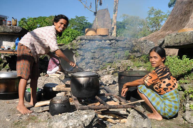 Sumba, Insel, Indonesien, traditionelle Dörfer, Dorf, Häuser, Frauen, kochen, traditional, village, Marapu, Religion, Reisebericht, www.wo-der-pfeffer-waechst.de