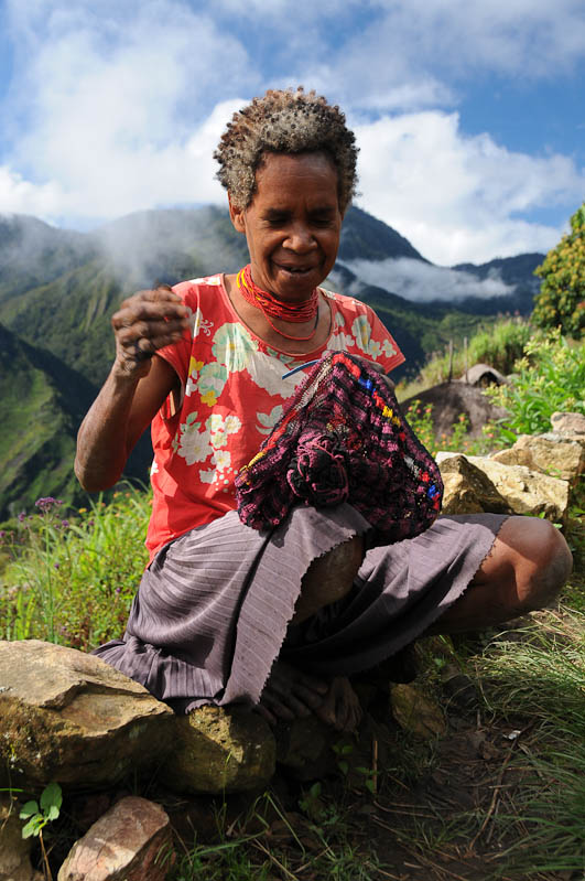 Indonesien, West-Papua, Wamena, Baliem-Tal, valley, Trekking, Frau, Noken, nähen, www.wo-der-pfeffer-waechst.de