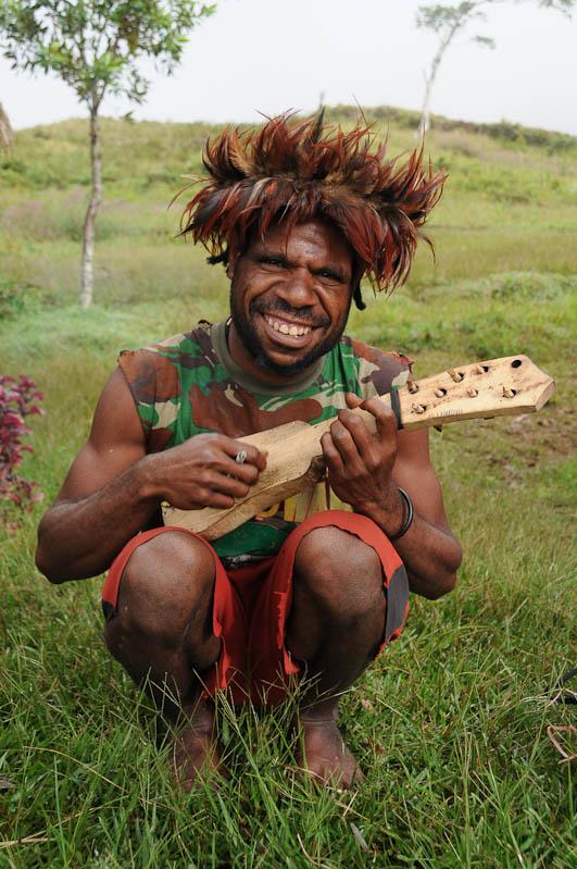 Indonesien, West-Papua, Wamena, Baliem-Tal, valley, Trekking, Mann, Gitarre, www.wo-der-pfeffer-waechst.de