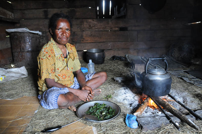 Indonesien, West-Papua, Wamena, Baliem-Tal, valley, Trekking, Stammesdorf, Frau, Kochen, vegetarisch, www.wo-der-pfeffer-waechst.de