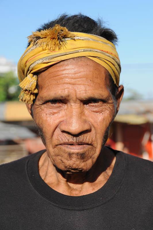 Viele ältere Männer tragen Ikat-Schals auf dem Kopf