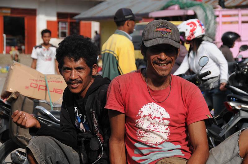 sumba-insel-indonesien-indonesia-waikabubak-markt-maenner-reisebericht.jpg