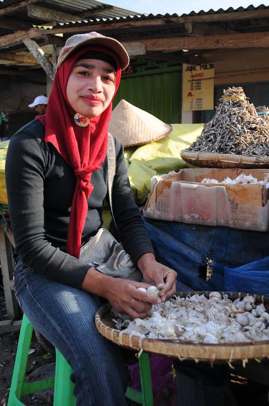 Indonesien, Sumba, Insel, Waikabubak, Marktfrau, Knoblauch, Reisebericht, www.wo-der-pfeffer-waechst.de