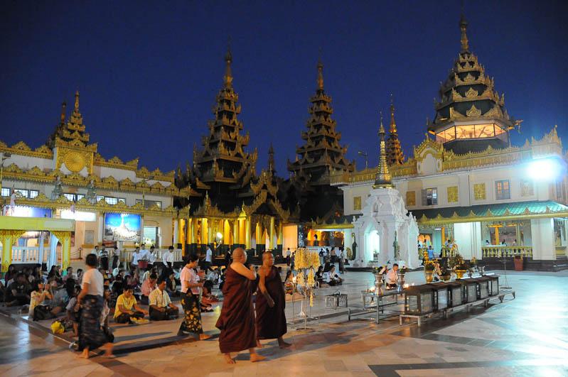 Yangon, Rangoon, Rangun, Shwedagon-Pagode, Pagoda, paya, Myanmar, Burma, Birma, abends, Reisebericht, www.wo-der-pfeffer-waechst.de