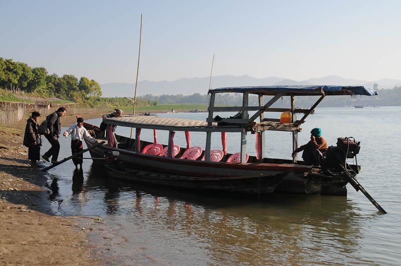 Boot, boat, Mrauk U, Chin tribe, Volk, tätowierte Spinnennetzfrauen, Tattoo, Rakhine-Staat, State, Division, Tour, Lemyo river, Fluss, Myanmar, Burma, Birma, Reisebericht, www.wo-der-pfeffer-waechst.de
