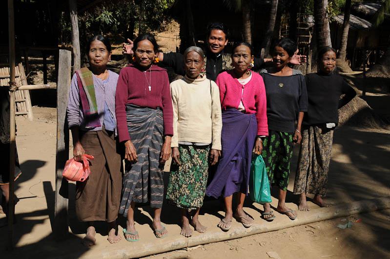 Gruppenbild, tätowierte Spinnennetzfrauen, Tattoo, Chin tribe, Chin-Dörfer, Volk, Mrauk U, Rakhine-Staat, State, Division, Tour, Lemyo river, Fluss, Myanmar, Burma, Birma, Reisebericht, www.wo-der-pfeffer-waechst.de