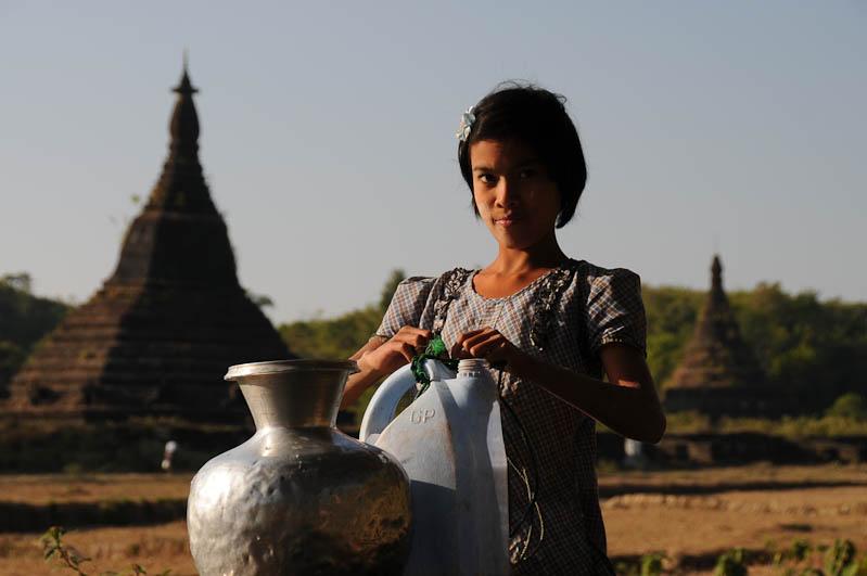 Mrauk U, Tempel, Paya, Pagoden, Rakhine-Staat, State, Division, Ruinen, Locals, Brunnen, Wasser, Mädchen, Myanmar, Burma, Birma, Reisebericht, www.wo-der-pfeffer-waechst.de