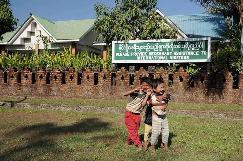 Please provide necessary assistance to international visitors, Mrauk U, Restaurant, Rakhine-Staat, State, Division, Myanmar, Burma, Birma, Reisebericht, www.wo-der-pfeffer-waechst.de