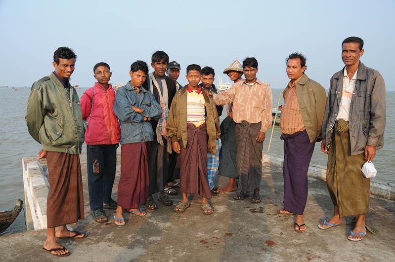 Sittwe, Fischer, Fischmarkt, Longyis, Akyab, Rakhine-Staat, State, Division, Myanmar, Burma, Birma, Reisebericht, www.wo-der-pfeffer-waechst.de