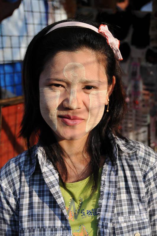 Sittwe, Frau, Thanakapaste, Akyab, Rakhine-Staat, State, Division, Myanmar, Burma, Birma, Reisebericht, www.wo-der-pfeffer-waechst.de