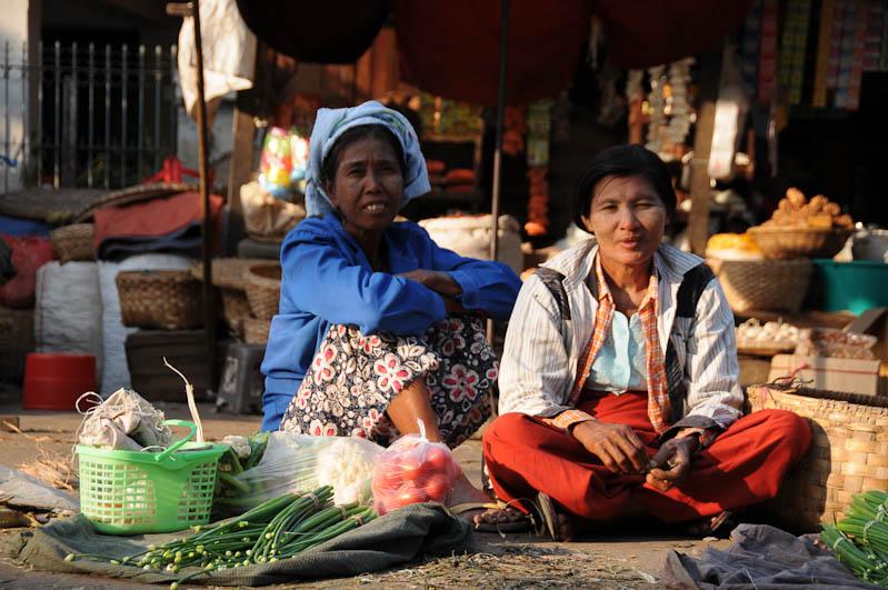 Mandalay, Gemüsemarkt, Verkäuferinnen, Myanmar, Burma, Birma, Reisebericht, www.wo-der-pfeffer-waechst.de