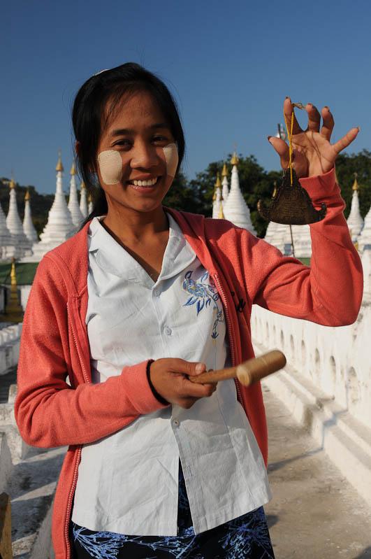 Mandalay, Kuthodaw-Pagode, Frau, Größtes Buch der Welt, Myanmar, Burma, Birma, Reisebericht, www.wo-der-pfeffer-waechst.de