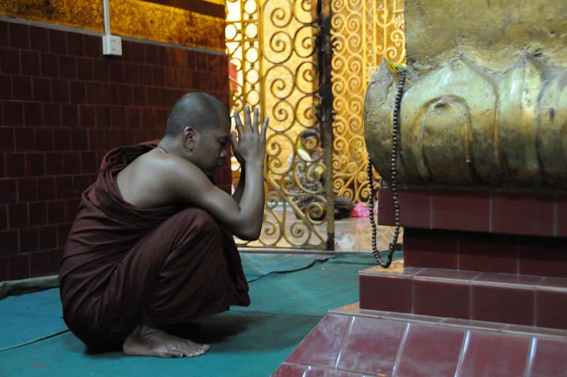Mandalay, Mahamuni-Buddha, Mönch, Pagoda, Myanmar, Burma, Birma, Reisebericht, www.wo-der-pfeffer-waechst.de