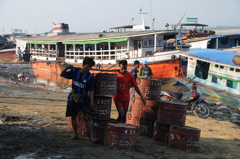 Mandalay, to, nach, Mingun, Fähren, Hafen, Anleger, ferry, Boote, boats, Frachtschiffe, Irrawaddy-Fluss, river, Ayeryarwady, Myanmar, Burma, Birma, Reisebericht, www.wo-der-pfeffer-waechst.de