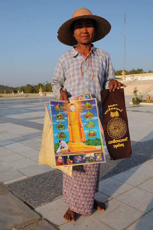 Monywa, Frau, buddhistische Devotionalien, Verkäuferin, Myanmar, Burma, Birma, Reisebericht, www.wo-der-pfeffer-waechst.de