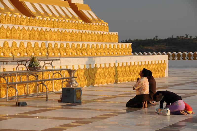Monywa, Riesen-Buddhas, standing Buddha, stehender, Betende, Buddhisten, Pagode, Tempel, Pagoda, Myanmar, Burma, Birma, Reisebericht, www.wo-der-pfeffer-waechst.de
