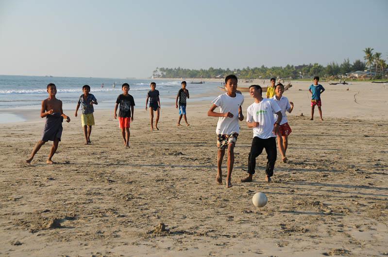 Ngwe Saung Beach, Strand, Fußball, Myanmar, Burma, Birma, Golf von Bengalen, Reisebericht, www.wo-der-pfeffer-waechst.de