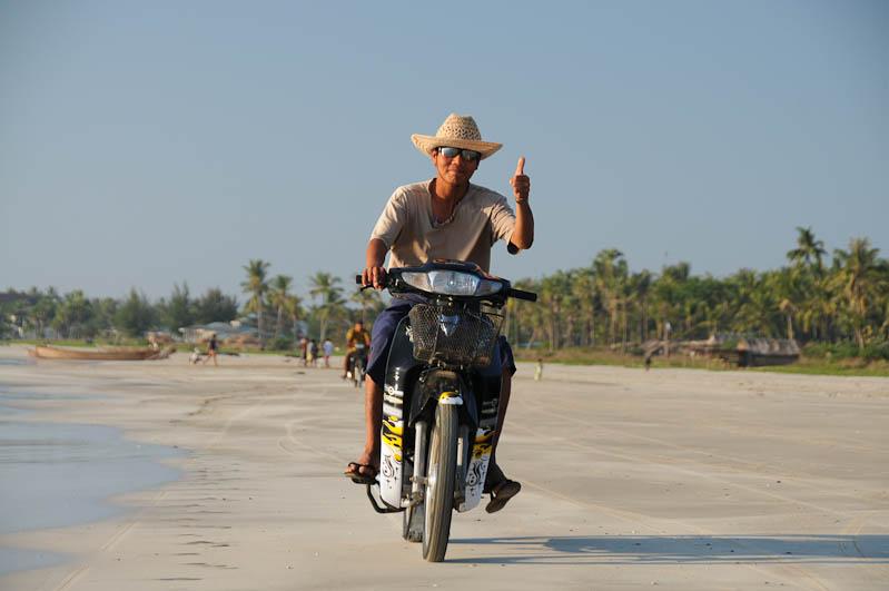 Ngwe Saung Beach, Strand, Motorbike, Myanmar, Burma, Birma, Golf von Bengalen, Reisebericht, www.wo-der-pfeffer-waechst.de