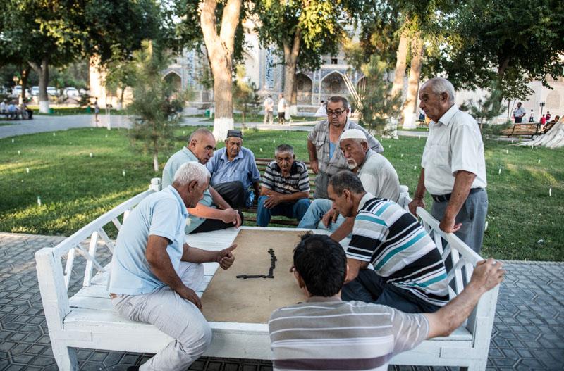 Männer spielen Domino, Labi Chaus, Labi Hauz, Lyab-i Hauz, Altstadt, Buchara, Bukhara, Buxoro, Reisen, entlang der, Seidenstraße, Usbekistan, Zentralasien, Reiseberichte, www.wo-der-pfeffer-waechst.de