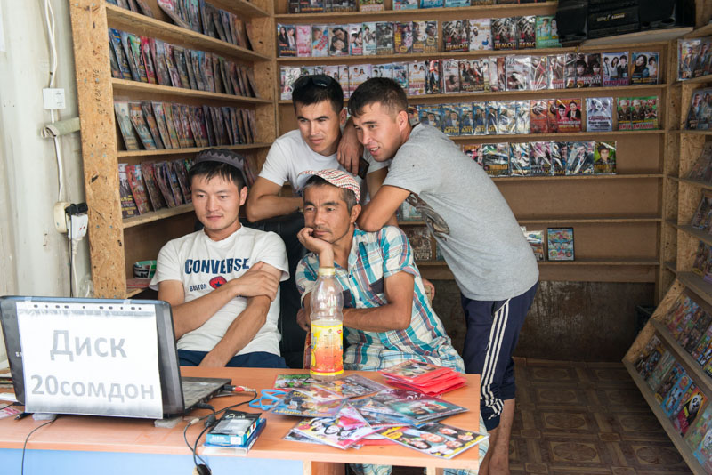 Osch, Osh, Basar, Markt, Videothek, Filme, DVDs, Kirgisistan, Kirgistan, Kirgisien, Fergana-Tal, entlang der, Seidenstraße, Zentralasien, Reiseberichte, www.wo-der-pfeffer-waechst.de