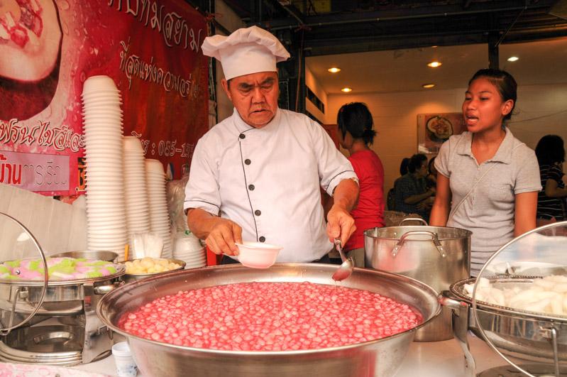 Tab Tim Grob, Bangkok, Chatuchak-Markt, Rubine in Kokosnussmilch, falsche Granatapfelkerne, Thailand, typisch, thailändisches, Kochen, Rezepte, veganes, vegetarisches, Gerichte, Speisen, Essen, Zutaten, Küche, Süßes, Süßspeise, Snack, Nachtisch, www.wo-der-pfeffer-waechst.de