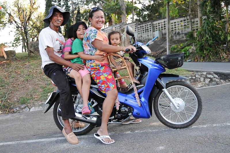 Krabi, Thailand, Krabi-Stadt, town, 5 Menschen auf einem Moped, Anreise, Weiterreise, Verkehr, Motorradtaxi, Reisen mit Kindern, Babys, Kleinkindern, Elternzeit, Asien, Reiseberichte, Reiseblogger, www.wo-der-pfeffer-waechst.de