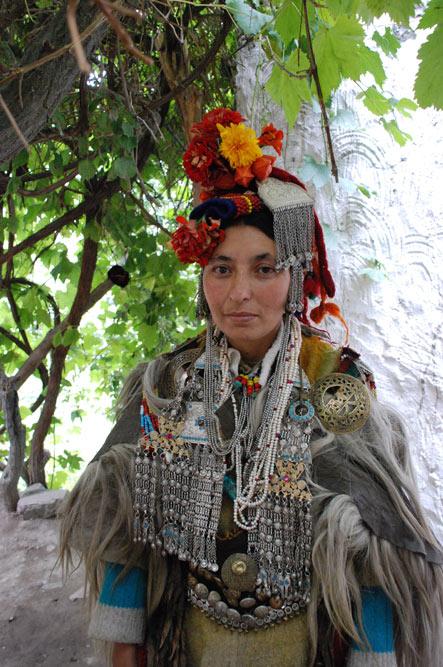 Indoarische Frau in traditioneller Kleidung, Indoarische Dörfer, Dha-Hanu, Ladakh, ethnische Minderheit, Indien, indischer Himalaya, Himalaja-Gebirge, Indus-Tal, Reisetipps, Rundreisen, Tour, Asien, Reiseberichte, Reiseblogger, www.wo-der-pfeffer-waechst.de