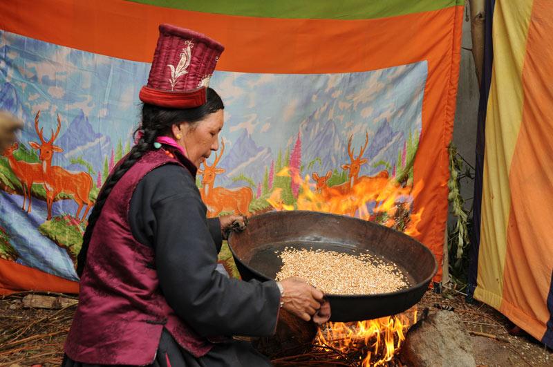 Leh, Women's Association of Ladakh, Frau, Getreide, Indien, indischer Himalaya, Himalaja-Gebirge, Jammu und Kashmir, Reisetipps, Rundreisen, Asien, Reiseberichte, Reiseblogger, www.wo-der-pfeffer-waechst.de