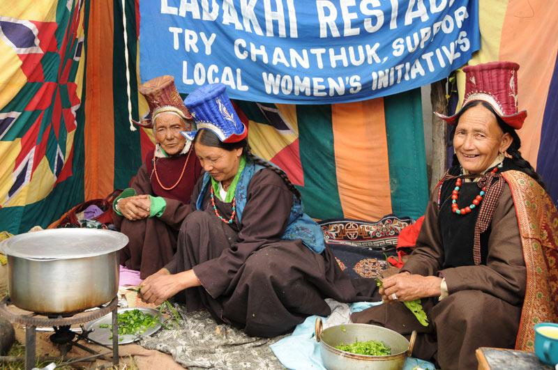 Leh, Women's Association of Ladakh, Frauen, Zubereitung tibetische Momos, Indien, indischer Himalaya, Himalaja-Gebirge, Jammu und Kashmir, Reisetipps, Rundreisen, Asien, Reiseberichte, Reiseblogger, www.wo-der-pfeffer-waechst.de