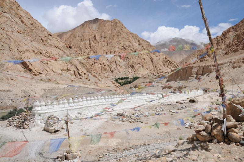 Ladakh, Indien, indischer Himalaya, Himalaja-Gebirge, Landschaft, Tschörten, Berge, Gebetsfahnen, Reisetipps, Rundreisen, Asien, Reiseberichte, Reiseblogger, www.wo-der-pfeffer-waechst.de