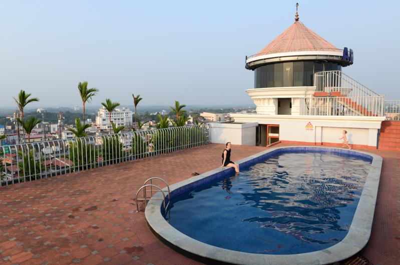 Hotel Arcadia Kottayam, Swimmingpool, Dachpool, Room, Guesthouse, Resort, accommodation, Kerala, Backwaters, Südindien, Kuttanad, Reisetipps, Reisen mit Kindern, Rundreisen, Asien, Reiseberichte, Reiseblogger, www.wo-der-pfeffer-waechst.de
