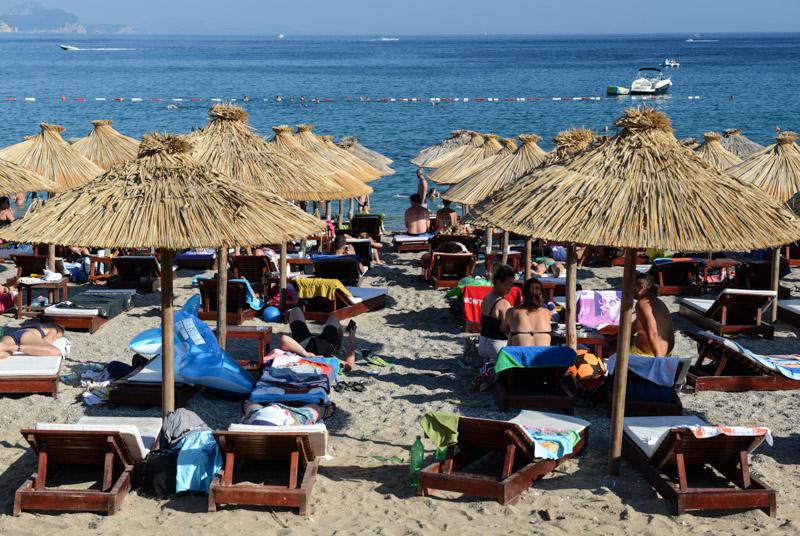 Jaz Beach, Strand, Montenegro, Sonnenschirm Strandliegen, Reisetipps, Rundreisen, Europa, Reiseberichte, Reisen mit Kindern, Reiseblogger, www.wo-der-pfeffer-waechst.de