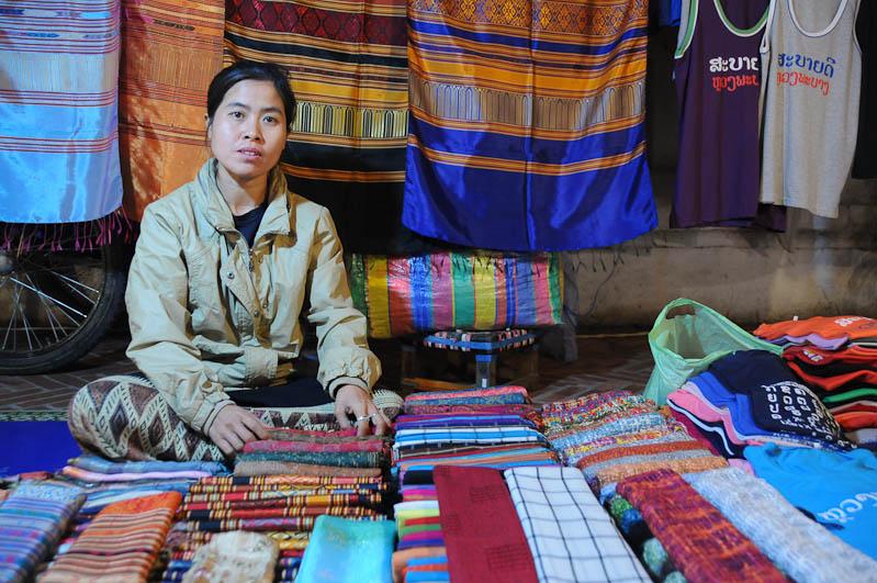 Laos, Nordlaos, Luang Prabang, Luang Phrabang, Louangphrabang, Hmong-Markt, Nachtmarkt, night market, Verkäuferin, Reisetipps, Rundreisen, Asien, Reiseberichte, Reiseblogger, www.wo-der-pfeffer-waechst.de