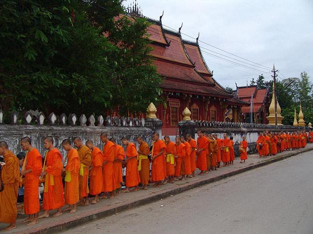 Laos, Nordlaos, Luang Prabang, Luang Phrabang, Louangphrabang, Almosengang, buddhistische Mönche, Reisetipps, Rundreisen, Asien, Reiseberichte, Reiseblogger, www.wo-der-pfeffer-waechst.de