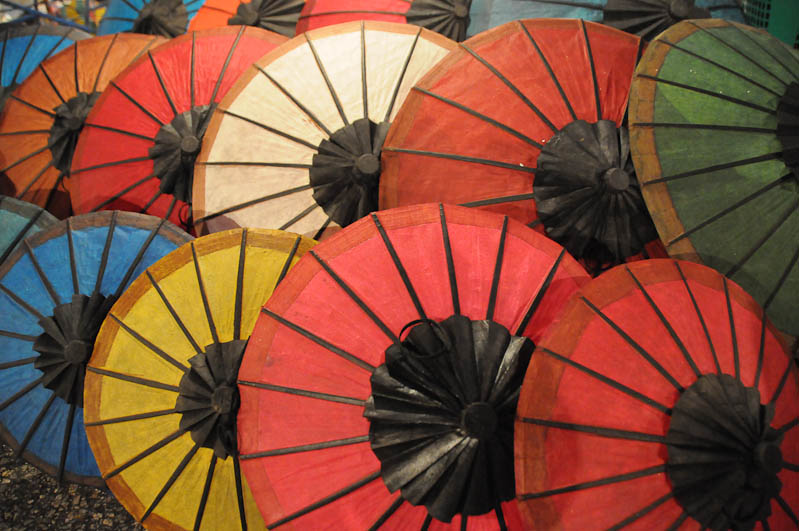 Laos, Nordlaos, Luang Prabang, Luang Phrabang, Louangphrabang, Hmong-Markt, Nachtmarkt, night market, Schirme, umbrella, Reisetipps, Rundreisen, Asien, Reiseberichte, Reiseblogger, www.wo-der-pfeffer-waechst.de