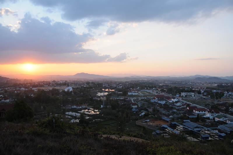 Ebene der Tonkrüge, Plain of Jars, Laos, Nordlaos, Phonsavan, Xieng Khouang, Sonnenuntergang, sunset, Abendstimmung, Reisetipps, Rundreisen, Asien, Reiseberichte, Reiseblogger, www.wo-der-pfeffer-waechst.de