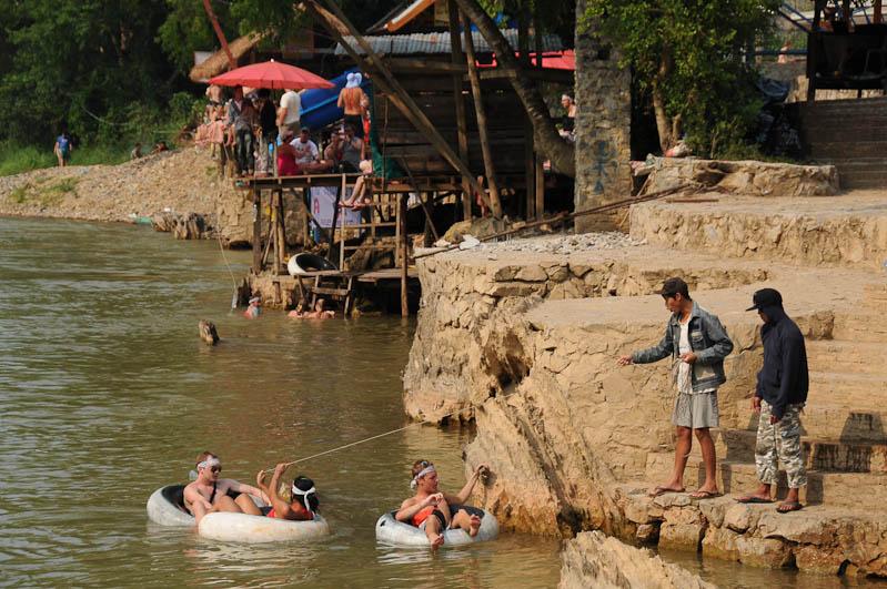 Tubing in Vang Vieng, Laos, Party, Nordlaos, Flussbar, Promoter, Reisetipps, Rundreisen, Asien, Reiseberichte, Reiseblogger, www.wo-der-pfeffer-waechst.de