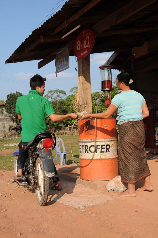 Laos, Zentrallaos, The Loop, Tankstelle, Benzin, Motorbike, Motorrad, Motorroller, Scooter, Reisebericht, laotische Provinz Khammouan, Khammuan, Reisetipps, Rundreisen, Südostasien, Reiseblogger, www.wo-der-pfeffer-waechst.de