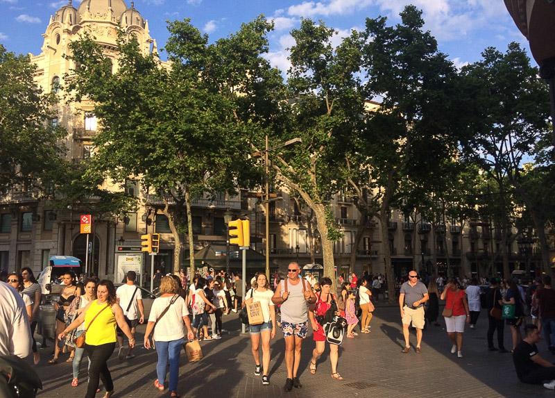Barcelona, La Rambla, Las Rambles, Shopping Street, Faliermeile, Reise nach Barcelona, Städtetrip, Städtereise, Wochenende, Reisetipps, Urlaub, Spanien, Katalonien, Hauptstadt, Sehenswürdigkeiten, Reiseberichte, Blog, www.wo-der-pfeffer-waechst.de