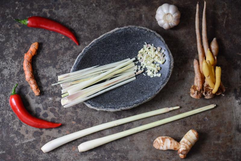 Zutaten, Amok, Rezept für Tofu-Amok, vegetarisches Curry aus Kambodscha, veganes, Chili, Galgant, Kurkuma, Zitronengras, Krachai, Knoblauch, Khmer, Kochen, Gerichte, Speisen, Essen, Zutaten, Küche, Reise- und Food-Blog, www.wo-der-pfeffer-waechst.de