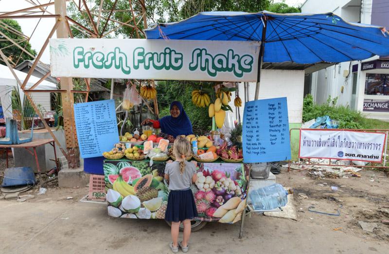 Ban Saladan, Koh Lanta streetfood, fruit shakes, Fruchtshakes, Beach Guide, Thailand, schöne Strände, Ausflüge, Schnorcheltouren, Reisetipps, Reisen mit Kindern, Babys, Kleinkindern, Elternzeit, Inselhüpfen, Andamanensee, Südthailand, Klong Dao Beach, Asien, Reiseberichte, Reiseblogger, www.wo-der-pfeffer-waechst.de