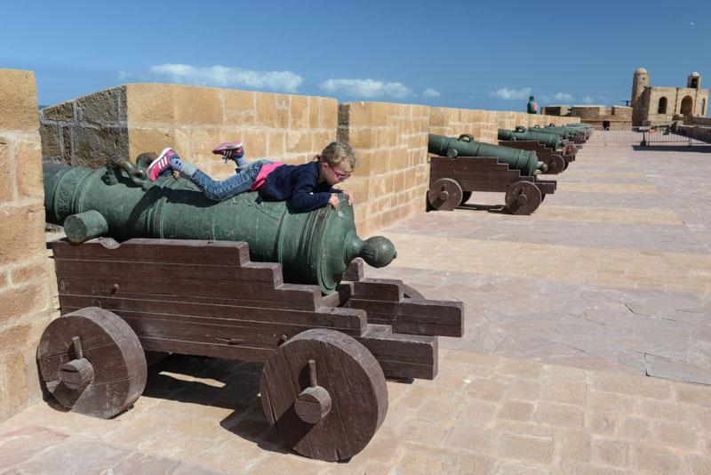 Stadtmauer, Kanonen, Essaouira, Medina, Altstadt, Marokko, Reisen mit Kindern, Kind, Bilder, Infos, Reisebericht, Reisetipps, Afrika, Reiseblogger, www.wo-der-pfeffer-waechst.de