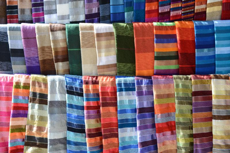 Essaouira, Medina, Altstadt, Markt, Souks, Textilien, Tücher, Stoffe, Schal, Marokko, Bilder, Infos, Reisebericht, Reisetipps, Afrika, Reiseblogger, www.wo-der-pfeffer-waechst.de